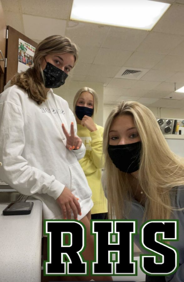 Students at Roswell responsibly wearing their masks. (Credit: Ansley Tanner)